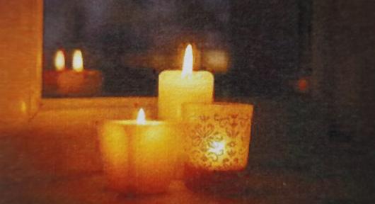 Bild: Kirche Boltigen - Kerzen im Fenstersims